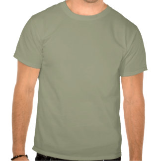 Os objetos na camisa são muito maiores do que camiseta