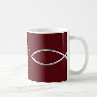 Os peixes de prata e a escritura cobrem esta caneca de café