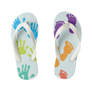 Os pés de n entregam chinelos