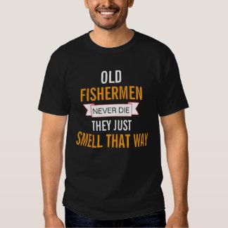 Os pescadores idosos nunca morrem camisetas