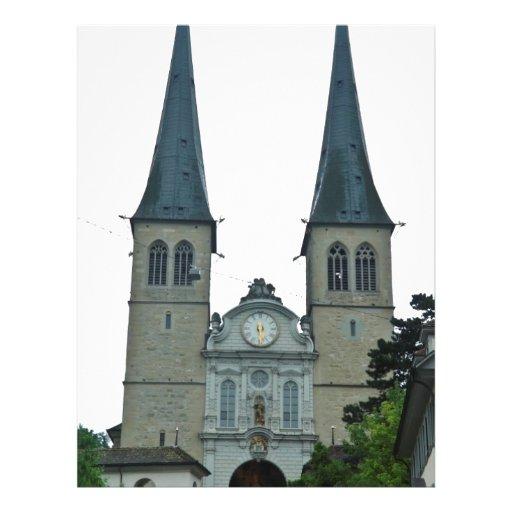 Os pináculos gêmeos da igreja de Hof (Hofkirche) e Papel De Carta