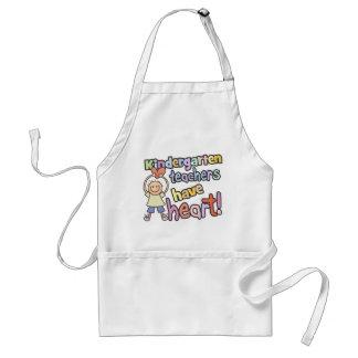 Os professores de jardim de infância têm o avental