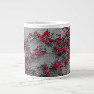 os rosas escalam em uma parede de tijolo na caneca