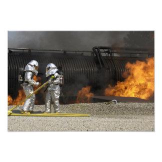 Os sapadores-bombeiros neutralizam um fogo vivo impressão de foto