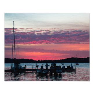 Os veleiros mostram em silhueta no por do sol impressão de foto