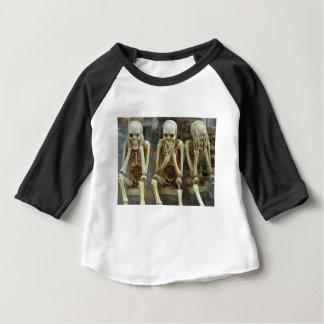 Ouça, fale, não veja nenhum esqueleto mau camiseta para bebê
