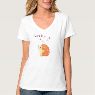 Ouriço bonito bonito que pensa sobre o que o amor camiseta