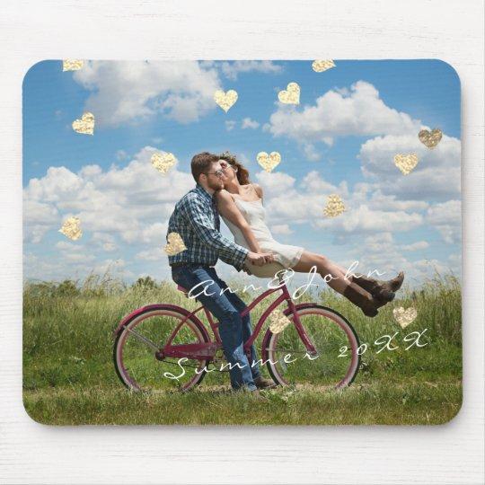 Ouro dourado dos corações dos confetes da foto mouse pad