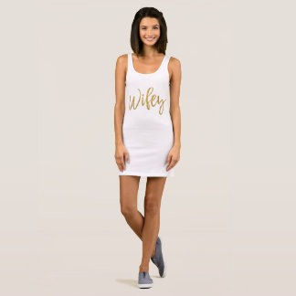 Ouro e vestido branco de Wifey da tipografia