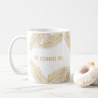 Ouro Pinecones e caneca do feriado das agulhas do