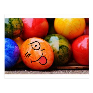 Ovo da páscoa engraçado que cola sua língua para cartão postal