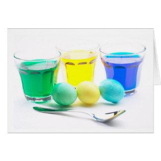 Ovos amarelos e azuis verdes cartao