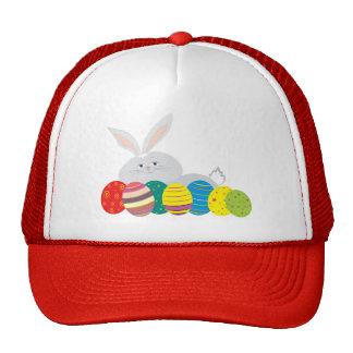 Ovos coloridos dos desenhos animados brancos boné