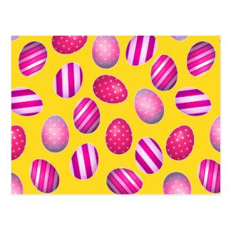 Ovos da páscoa amarelos e teste padrão cor-de-rosa cartão postal