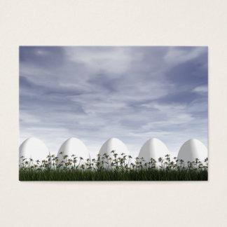 Ovos da páscoa brancos na natureza - 3D rendem Cartão De Visitas