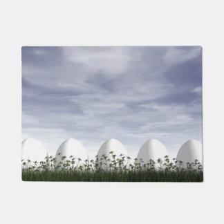 Ovos da páscoa brancos na natureza - 3D rendem Tapete