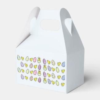 Ovos da páscoa e caixa dobrada pintinhos do favor
