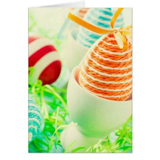 Ovos da páscoa na grama cartão comemorativo