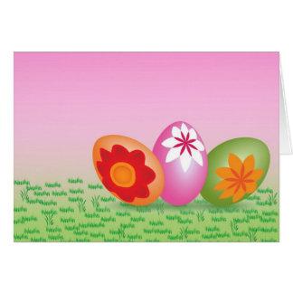 Ovos da páscoa no rosa cartão comemorativo