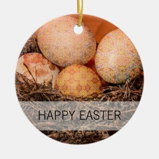 Ovos da páscoa rústicos no ninho ornamento de cerâmica