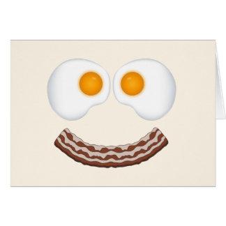 Ovos e cartão de cumprimento sorrir forçadamente