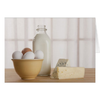 Ovos frescos queijo e leite no contador cartão