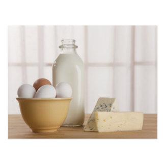 Ovos frescos queijo e leite no contador cartões postais