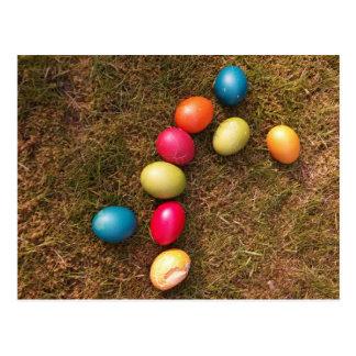 Ovos pintados coloridos no jardim, ovo da páscoa cartão postal