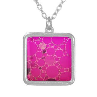 Padrões fluorescentes do abstrato do rosa colar com pendente quadrado