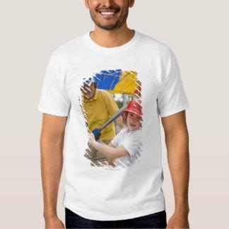 Pai com a filha na gaiola de batedura t-shirts