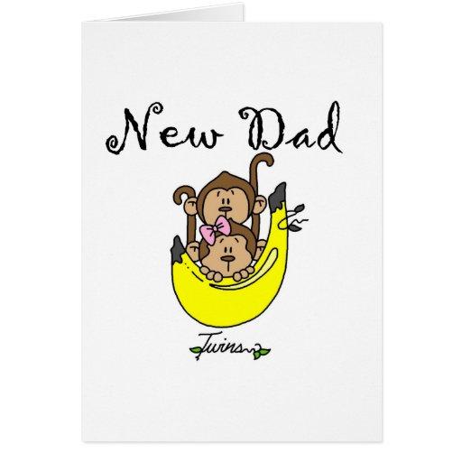 Pai dos gêmeos menino e o camiseta e os presentes  cartão
