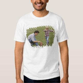 Pai e filho (4-6) que jogam o futebol americano t-shirts