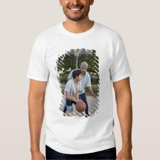 Pai latino-americano e filho que jogam o camiseta