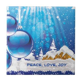 Paisagem azul do inverno e bolas do Natal feitas