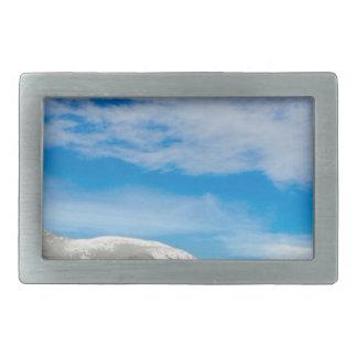 Paisagem branca do céu azul da montanha
