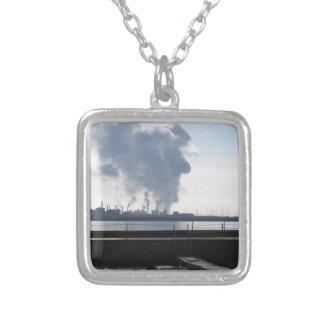 Paisagem industrial ao longo da costa colar banhado a prata