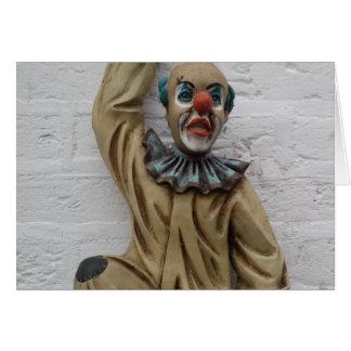 Palhaço engraçado do carnaval que pendura na cartão comemorativo