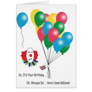 Palhaço sarcástico com o cartão de aniversário dos