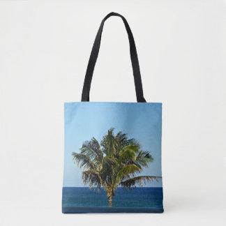 Palmeira sobre o oceano bolsas tote