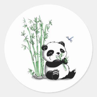 Panda que come o bambu adesivo redondo