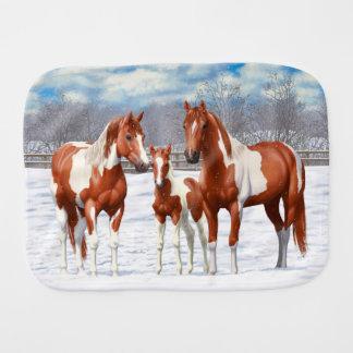 Paninho De Boca Cavalos do Pinto da castanha na neve