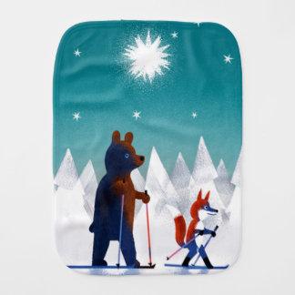 Pano De Boca Esqui bonito do urso e do Fox sob estrelas em uma