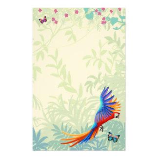 Papagaio colorido do Macaw em artigos de papelaria