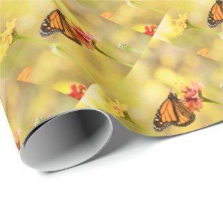 Papel De Presente Borboleta de monarca no Zinnia