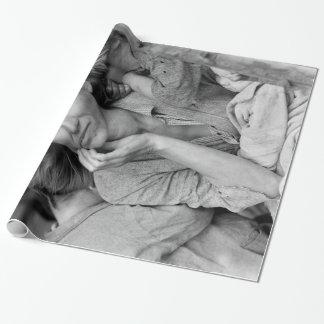 Papel De Presente Fotografia do vintage da mãe emigrante