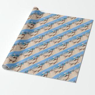 Papel De Presente Hammock com os guarda-chuvas de praia na costa