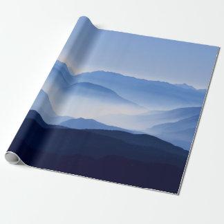 Papel De Presente Manhã colorida lindo da montanha enevoada