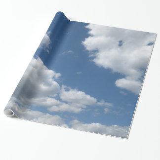 Papel De Presente Nuvens contra um papel de envolvimento do céu azul