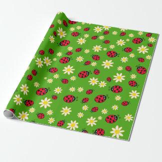 Papel De Presente verde bonito do teste padrão de flor do joaninha e