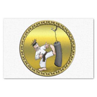 Papel De Seda Homem do karaté do cinturão negro que retrocede um